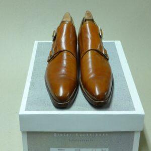 Die fertig reparierten Schuhe sind neu besohlt und das Oberleder wurde gepflegt.