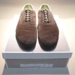 Die stark bean- spruchten Schuhe wurden neu besohlt und das Oberleder instand gesetzt.