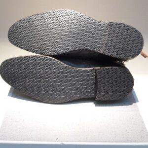 Bei diesen Schuhen wurden neue Kautschuk- lang- laufsohlen sowie neue Kautschuk- absatz- pflecken angebracht.