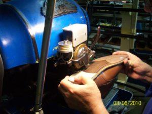 Rahmen und Laufsohle werden erneuert, vernäht und gedoppelt.