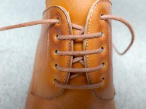 Schnürung steht bei neuen Schuhen 1-1,5 cm auseinander.
